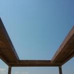 קונסטרוקציית עץ אורן לשילוב תריס הצללה חשמלי