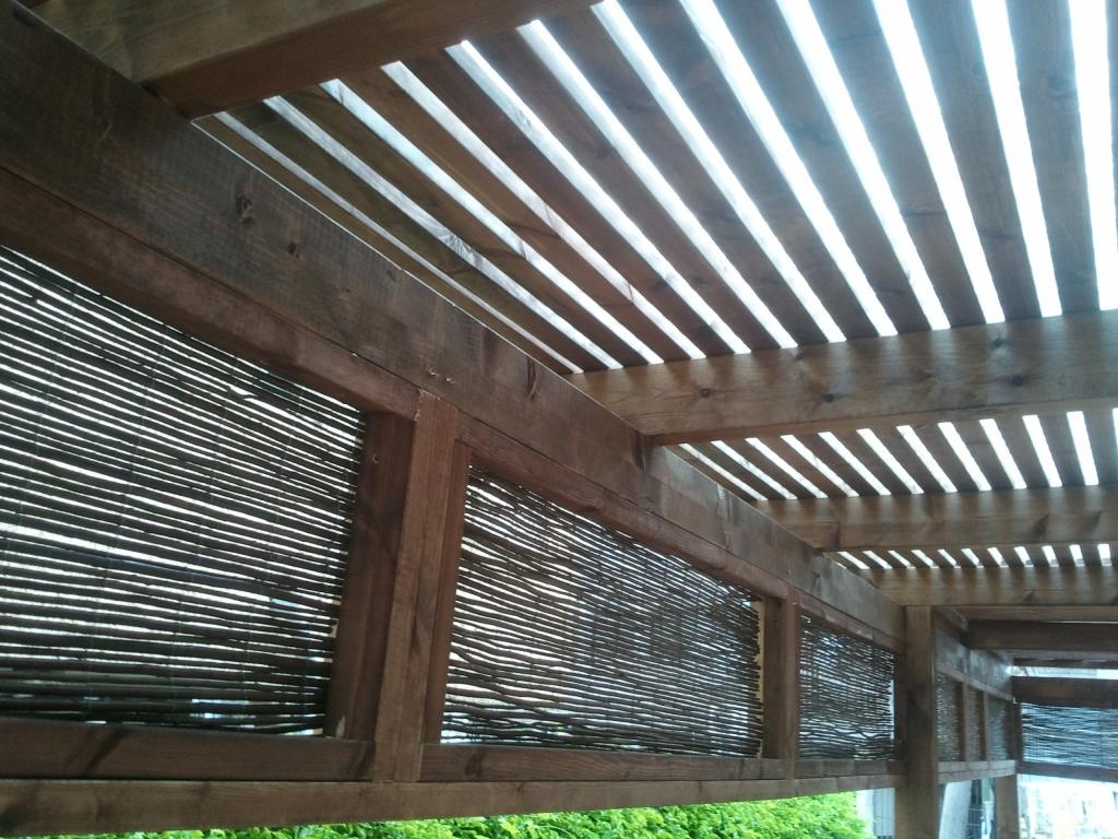 שכונת הדרים כפר סבא - פרגולת הצללה - קירוי סרגלי עץ והצללה צידית ביריעות במבוק שזור