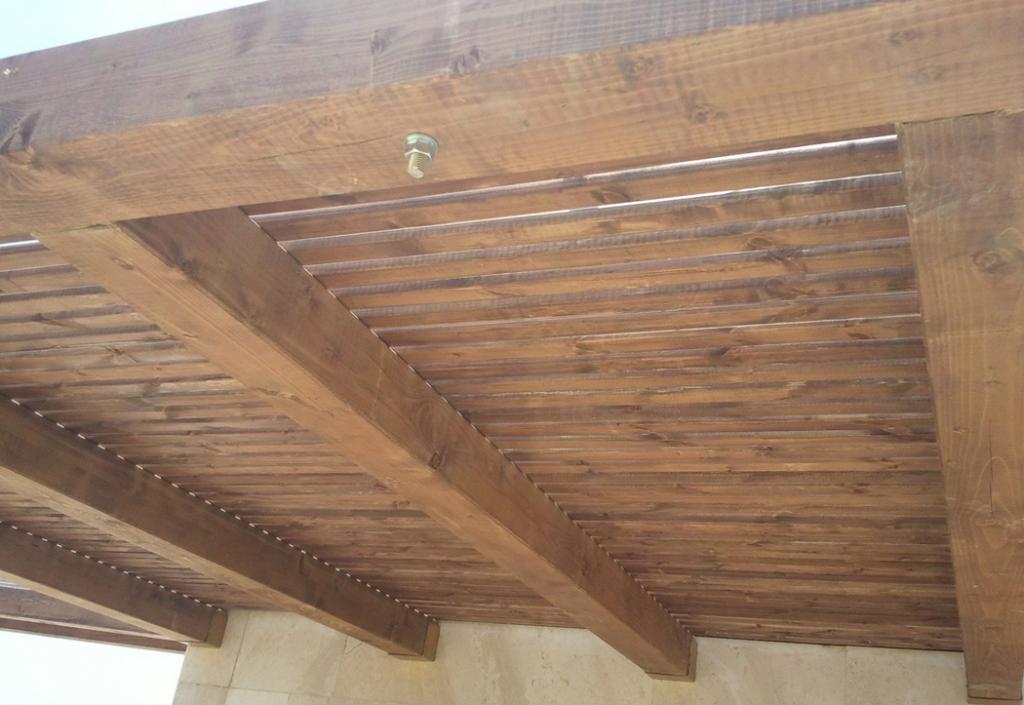 שכונת הדרים כפר סבא - פרגולת עץ אורן וסרגלי הצללה מקובעת לקיר הבית