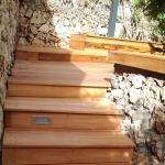 שילוב של דק ומדרגות עץ