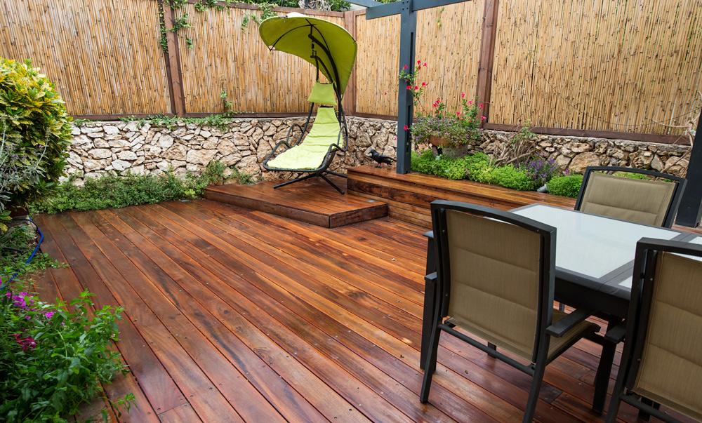 בית פרטי ברעננה – עבודה משולבת דק, אדניות עץ, גדרות, פרגולה